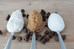 Ingredientes para fazer cookies dos pedaços de chocolate Fotos de Stock
