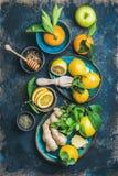 Ingredientes para fazer a imunidade que impulsiona a bebida quente natural, fundo da madeira compensada Fotografia de Stock Royalty Free