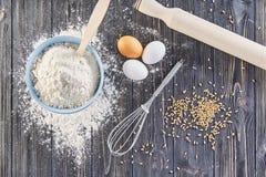 Ingredientes para fazer a massa para o pão, pizza, bolo, biscoito na mesa de cozinha de madeira cinzenta A vista da parte superio Fotografia de Stock Royalty Free