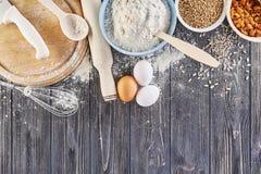Ingredientes para fazer a massa para o pão, pizza, bolo, biscoito na mesa de cozinha de madeira cinzenta A vista da parte superio Foto de Stock