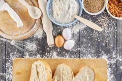 Ingredientes para fazer a massa para o pão, pizza, bolo, biscoito na mesa de cozinha de madeira cinzenta A vista da parte superio Foto de Stock Royalty Free