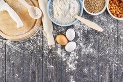 Ingredientes para fazer a massa para o pão, pizza, bolo, biscoito na mesa de cozinha de madeira cinzenta A vista da parte superio Imagens de Stock Royalty Free