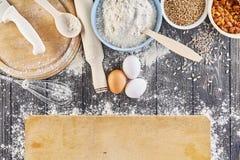 Ingredientes para fazer a massa para o pão, pizza, bolo, biscoito na tabela de madeira cinzenta A vista da parte superior com pla Imagem de Stock Royalty Free