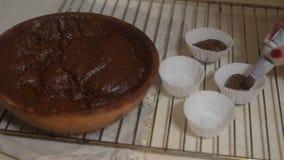 Ingredientes para fazer o chocolate do bolo Os queques do chocolate, amassam a massa Açúcar da farinha e chocolate amargo, ovo e  video estoque