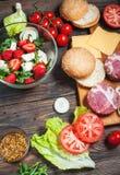 Ingredientes para fazer o hamburguer caseiro e a salada com morangos, tofu imagem de stock royalty free