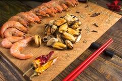 Ingredientes para fazer o marisco que encontra-se em uma tabela de madeira Foto de Stock Royalty Free