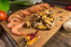 Ingredientes para fazer o marisco que encontra-se em uma tabela de madeira Imagem de Stock Royalty Free