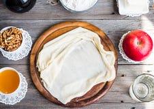 Ingredientes para fazer o strudel de maçã caseiro, massa do phyllo, porcas Imagens de Stock Royalty Free