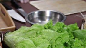 Ingredientes para fazer o sushi japonês, legumes frescos na tabela filme