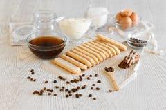 Ingredientes para fazer o tiramisu da sobremesa em um fundo claro Vista superior com espaço da cópia fotos de stock royalty free