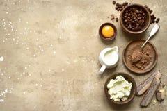 Ingredientes para fazer o tiramisu italiano tradicional do bolo a parte superior vie imagem de stock