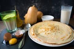 Ingredientes para fazer panquecas - ovo, manteiga, leite, açúcar e estilo cru da massa, o rústico ou o rural imagem de stock