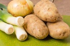 Ingredientes para fazer a sopa do alho-porro Foto de Stock Royalty Free