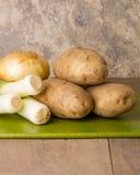 Ingredientes para fazer a sopa do alho-porro Fotografia de Stock Royalty Free