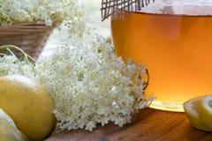 Ingredientes para fazer um melaço natural da flor da pessoa idosa fotografia de stock royalty free