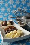 Ingredientes para hacer el chocolate en un fondo azul del invierno Fotografía de archivo libre de regalías
