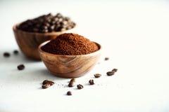 Ingredientes para hacer la bebida del cafeína - granos de café, tierra y café instantáneo en el fondo del cemento ligero, espacio fotos de archivo libres de regalías