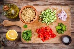 Ingredientes para la ensalada hecha en casa del tabbouleh fotografía de archivo
