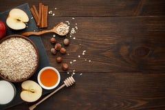 Ingredientes para la harina de avena en la tabla de madera oscura Concepto de alimento sano Fotos de archivo libres de regalías