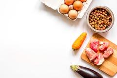 Ingredientes para la opinión superior holística del alimento para animales sobre el fondo blanco Imagen de archivo