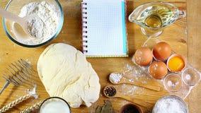 Ingredientes para la pasta, cocinando el pan, la pizza o la empanada, pastas, incluyendo la harina, huevos, leche, en fondo rústi Fotos de archivo