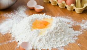 Ingredientes para la pasta en la tabla de madera blanca Cierre para arriba fotografía de archivo libre de regalías