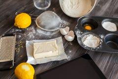 Ingredientes para la pasta y la hornada El proceso de la fabricación se apelmaza para una torta Napoleon Imagenes de archivo