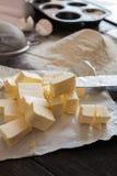 Ingredientes para la pasta y la hornada El proceso de la fabricación se apelmaza para una torta Napoleon Fotografía de archivo