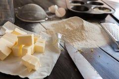 Ingredientes para la pasta y la hornada El proceso de la fabricación se apelmaza para una torta Napoleon Fotos de archivo libres de regalías