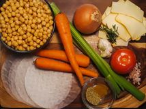 Ingredientes para la primavera Rolls del curry del garbanzo foto de archivo libre de regalías