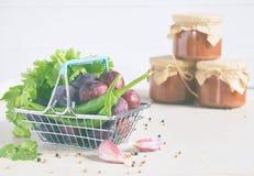 Ingredientes para la salsa sabrosa de ciruelos rojos, ajo, cilantro, eneldo, pimienta Tkemali georgiano en el fondo blanco Autumn imagen de archivo libre de regalías