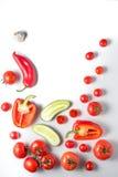 Ingredientes para la sopa del gazpacho en un fondo blanco Foto de archivo