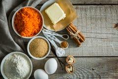 Ingredientes para la torta de zanahoria que cuece Foto de archivo libre de regalías