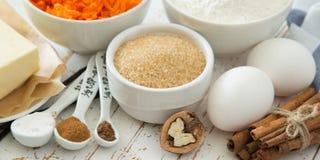 Ingredientes para la torta de zanahoria que cuece Imágenes de archivo libres de regalías