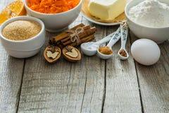 Ingredientes para la torta de zanahoria que cuece Fotos de archivo