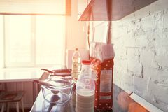 Ingredientes para las crepes en la cocina fotos de archivo