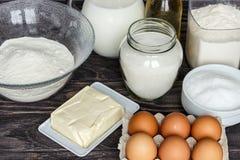 Ingredientes para las crepes: leche, huevos, azúcar, sal, harina, vegeta Imagen de archivo