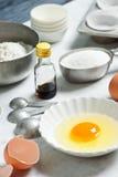 Ingredientes para las magdalenas o los molletes que cuecen Imagenes de archivo