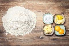 Ingredientes para los artículos de panadería, la pasta de la galleta o las galletas fresca fotos de archivo libres de regalías