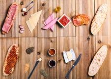 Ingredientes para los bocadillos en la tabla fotografía de archivo