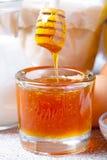 Ingredientes para los pasteles de la miel en la tabla y el lino de madera oscuros viejos Foto de archivo libre de regalías