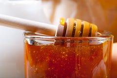 Ingredientes para los pasteles de la miel en la tabla y el lino de madera oscuros viejos Imágenes de archivo libres de regalías