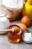 Ingredientes para los pasteles de la miel en la tabla y el lino de madera oscuros viejos Fotos de archivo libres de regalías