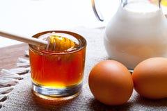 Ingredientes para los pasteles de la miel en la tabla y el lino de madera oscuros viejos Imagen de archivo libre de regalías