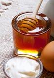 Ingredientes para los pasteles de la miel en la tabla y el lino de madera oscuros viejos Fotos de archivo