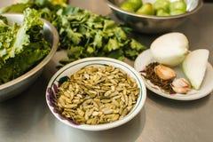 Ingredientes para los pepitas mexicanos de la comida, pipas, semillas de calabaza en México imagen de archivo