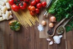 Ingredientes para los platos italianos de las pastas Fotos de archivo libres de regalías