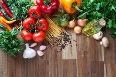 Ingredientes para los platos italianos de las pastas Fotos de archivo