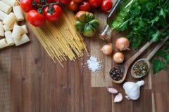 Ingredientes para los platos italianos de las pastas Fotografía de archivo