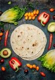 Ingredientes para los tacos o la fabricación del burrito Verduras y tortillas orgánicas frescas en el fondo rústico, visión super foto de archivo libre de regalías